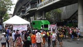 Den kungliga thailändska armén ställer in - upp ett testpunkt på den Songkran vattenfestivalen på den Silom vägen arkivfilmer