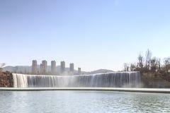 Den Kunming vattenfallet parkerar att presentera 400 meter en bred manmade vattenfall Kunming är Yunnans huvudstad Arkivfoto