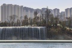 Den Kunming vattenfallet parkerar att presentera 400 meter en bred manmade vattenfall Kunming är Yunnans huvudstad Fotografering för Bildbyråer