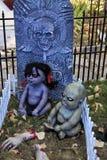 Den kusliga levande döden behandla som ett barn i kyrkogård Arkivfoto