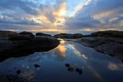 Den kust- tiden slår samman solnedgångreflexionen, Oregon seglar utmed kusten arkivbilder
