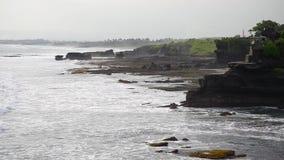 Den kust- vågen som slår den branta klippan, vaggar kusten arkivfilmer