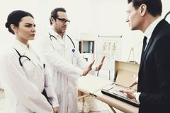 Den kvalificerade doktorn vägrar att ta enorm mängd pengar från affärsman till botkrämpan _ arkivbild
