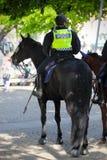 Den kvinnlig monterade polisen Royaltyfria Bilder
