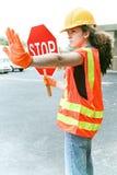 Den kvinnliga arbetaren riktar trafik Royaltyfri Fotografi
