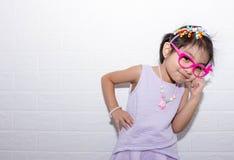 Den kvinnliga asiatiska barnflickan som poserar knäpp tänka, poserar, medan bära någon tillbehör som kronan, halsband och bära de fotografering för bildbyråer