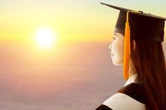 Den kvinnliga avläggandet av examen tänker framtid Fotografering för Bildbyråer