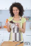 Den kvinnliga bagaren stod vid den rady ugnen för att använda choklad Arkivbilder