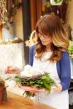 Den kvinnliga blomsterhandlaren Small Business Flower shoppar ägaren Royaltyfri Bild