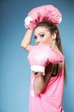 Den kvinnliga boxare modellerar med stora roliga rosa handskar Arkivfoto