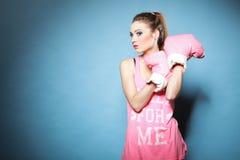Den kvinnliga boxare modellerar med stora roliga rosa handskar Royaltyfri Fotografi