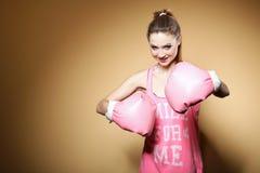 Den kvinnliga boxare modellerar med stora roliga rosa handskar Royaltyfri Foto