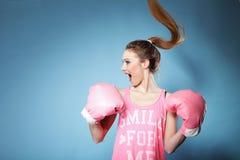 Den kvinnliga boxare modellerar med stora roliga rosa handskar Arkivbild