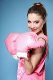 Den kvinnliga boxare modellerar med stora roliga rosa handskar Arkivfoton