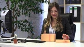 Den kvinnliga chefen mottog en g?va fr?n kollegor arkivfilmer