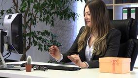 Den kvinnliga chefen mottog en g?va fr?n kollegor stock video