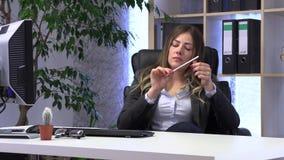Den kvinnliga chefen sparar hennes spikar p? arbetsplatsen stock video
