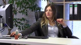 Den kvinnliga chefen sparar hennes spikar p? arbetsplatsen lager videofilmer