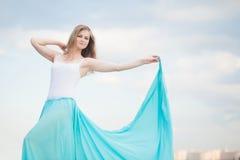 Den kvinnliga dansaren poserar Royaltyfri Fotografi