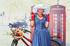 Den kvinnliga deltagaren av cirkuleringen ståtar damen på cykeln Royaltyfri Foto