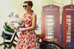 Den kvinnliga deltagaren av cirkuleringen ståtar damen på cykeln Royaltyfria Bilder