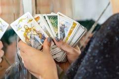 Den kvinnliga diagnosticianen undersöker att gissa för showkort royaltyfri fotografi