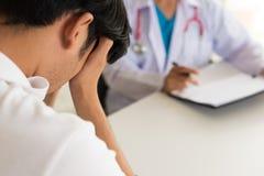 Den kvinnliga doktorn har diskussion med tålmodig intelligens för manbeläggningframsida arkivbild