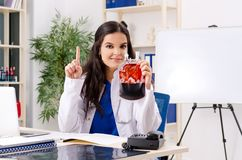 Den kvinnliga doktorn i blodtransfusionbegrepp arkivbilder