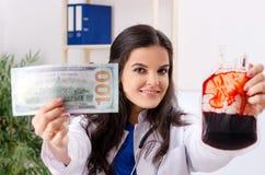 Den kvinnliga doktorn i blodtransfusionbegrepp royaltyfri foto