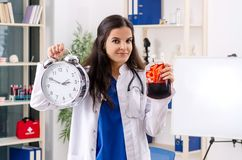 Den kvinnliga doktorn i blodtransfusionbegrepp royaltyfri bild