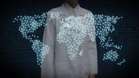Den kvinnliga forskaren, teknikern som trycker på den trådlösa kommunikationssymbolen, gör den globala världskartan, internet av  royaltyfri illustrationer