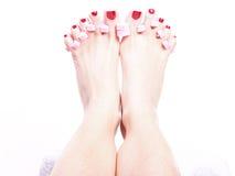 Den kvinnliga foten rött polerat spikar arkivbild