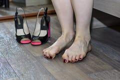 Den kvinnliga foten smärtar från häl Royaltyfria Bilder