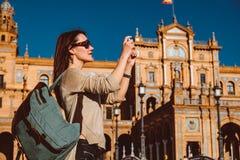 Den kvinnliga fotvandraren bes?ker Seville, Spanien Europeiskt fotvandringaff?rsf?retag arkivfoton