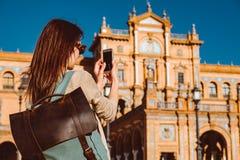 Den kvinnliga fotvandraren bes?ker Seville, Spanien Europeiskt fotvandringaff?rsf?retag fotografering för bildbyråer
