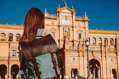 Den kvinnliga fotvandraren bes?ker Seville, Spanien Europeiskt fotvandringaff?rsf?retag royaltyfri foto