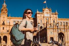 Den kvinnliga fotvandraren bes?ker Seville, Spanien Europeiskt fotvandringaff?rsf?retag arkivfoto