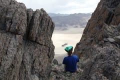 Den kvinnliga fotvandraren gör en broms i Death Valley, Kalifornien, USA Arkivfoto
