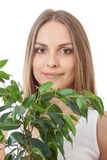 Den kvinnliga framsidan bakom grinar lövverkväxten royaltyfri foto