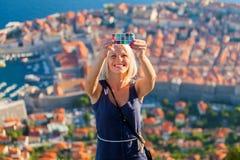 Den kvinnliga handelsresanden gör ett selfy foto till telefonen royaltyfria bilder
