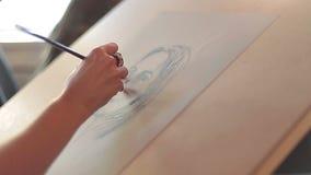 Den kvinnliga handen målar en ståendekvinna lager videofilmer