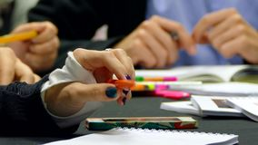 Den kvinnliga handen spelar med en penna på tabellen för ett möte lager videofilmer