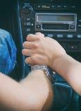 Den kvinnliga handen trycker på den manliga handen Royaltyfri Fotografi