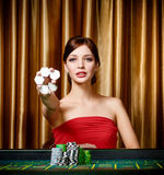 Den kvinnliga hasardspelaren med gå i flisor räcker in Royaltyfri Bild