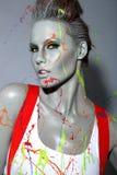 Den kvinnliga husmålaren stänkte ned med latexmålarfärg Fotografering för Bildbyråer
