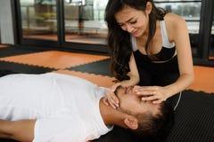 Den kvinnliga instruktören sparar manliv vid CPR arkivfoton