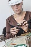 Kvinnligt juvelerarearbete Royaltyfri Bild