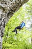 Den kvinnliga klättraren, kvinnaklättring vaggar Royaltyfri Fotografi