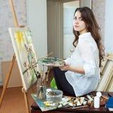 Den kvinnliga konstnären målar föreställer på kanfas Arkivbilder