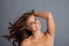 Den kvinnliga modellen i sexigt poserar royaltyfri fotografi